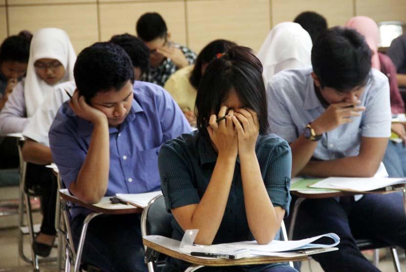 Ujian SBMPTN: Ratusan peserta mengikuti ujian SBMPTN di Universitas Negri Jakarta, Selasa (17/6). Sebanyak 664.509 lulusan SMA/sederajat berkompetisi dalam Seleksi Bersama Masuk Perguruan Tinggi Negeri (SBMPTN) 2014, guna meraih satu dari 86 ribu kursi PTN yang disediakan oleh 64 kampus negeri se-Indonesia.