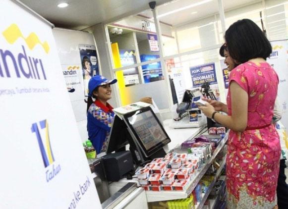 JAKARTA,04/11-SINERGI MANDIRI DAN INDOMARET. Pembeli sedang melakukan transaksi pembelian melalui layanan keuangan digital dengan menggunakan telepon seluler di Jakarta, Rabu (04/11). Lewat kerjasama ini Indomaret akan menjadi agent Bank Mandiri dalam hal Layanan Keuangan Digital dengan menggunakan produk Mandiri e-cash. Adapun layanan keuangan yang dapat dilakukan nasabah Bank Mandiri di Indomaret, yakni penerimaan transaksi setor tunai, tarik tunai dan belanja dengan mandiri e-cash. KONTAN/Franisskus Simbolon/04/11/2015